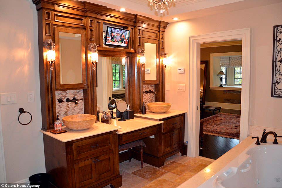 Шикарная ванная дома в стиле тюдор