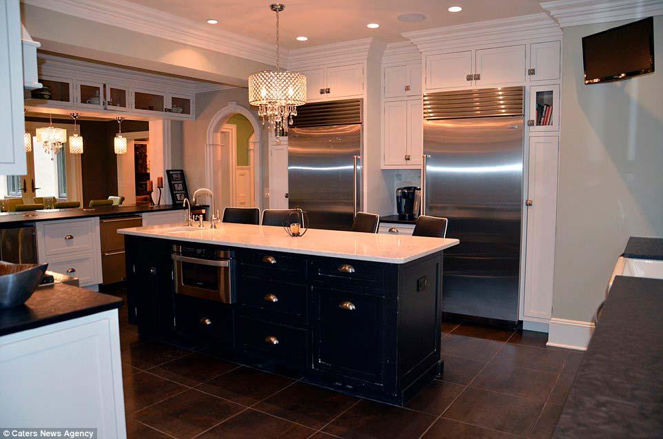 Кухня с островом дома в стиле тюдор