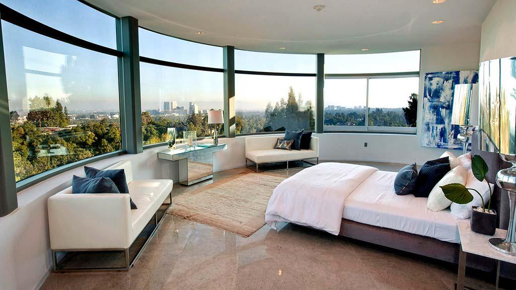 Панорамная спальня в стеклянном доме Бибера