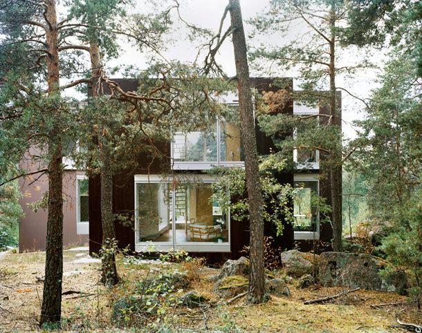 Двухэтажный дом в лесу Швеции от The Common Office | фото