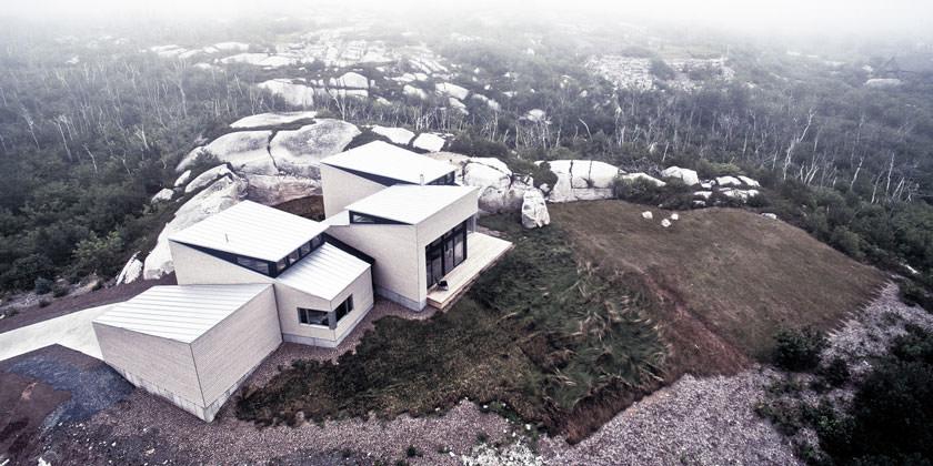 Загородный особняк в драматическом пейзаже Галифакса