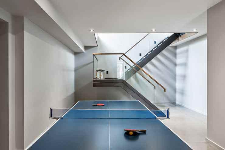Стол для настольного тенниса в доме