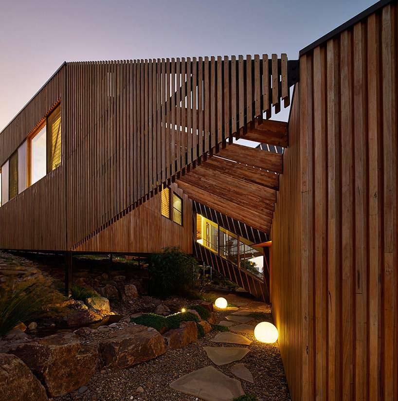 Дома соединены лестницей и мостом