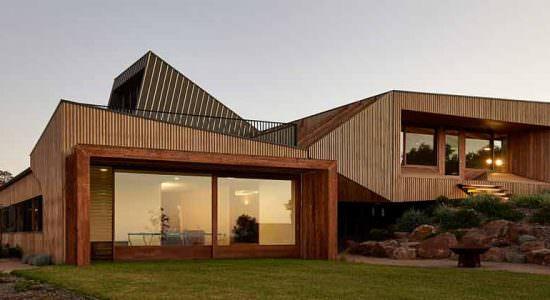 Двухуровневый дом на сложном ландшафте от BKK Architects