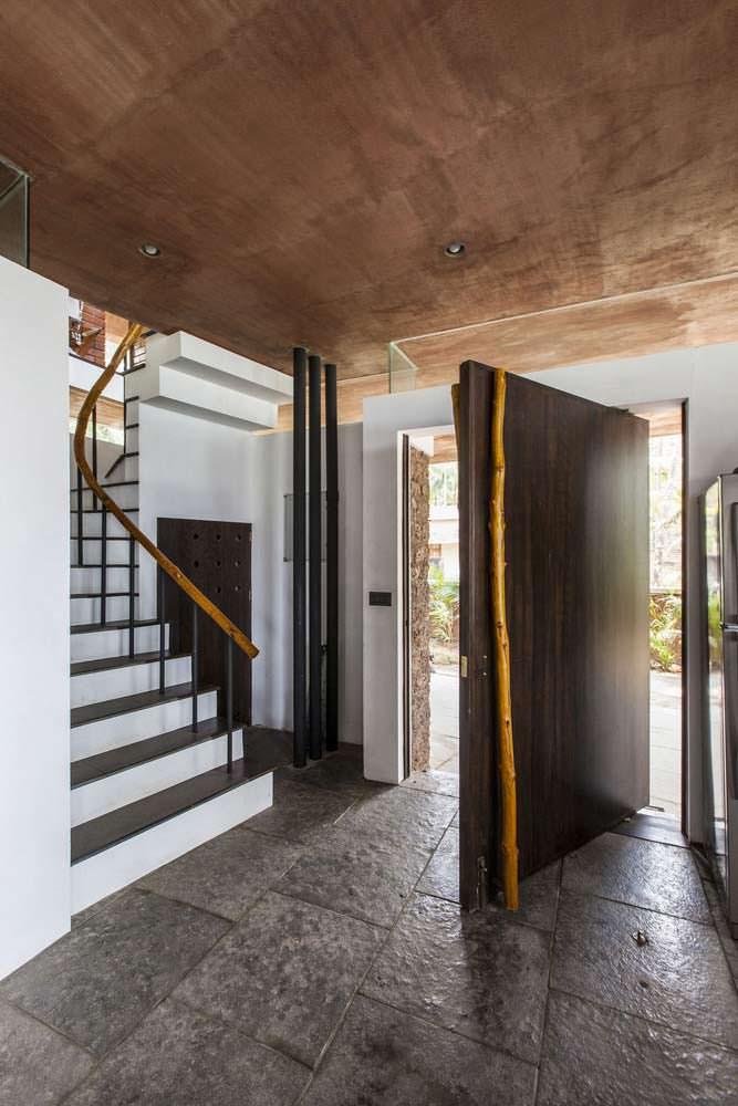 Красивая лестница на второй этаж в доме