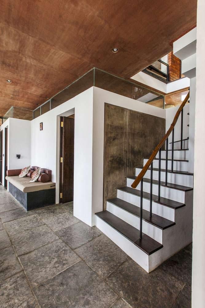 Дизайн прихожей с диваном