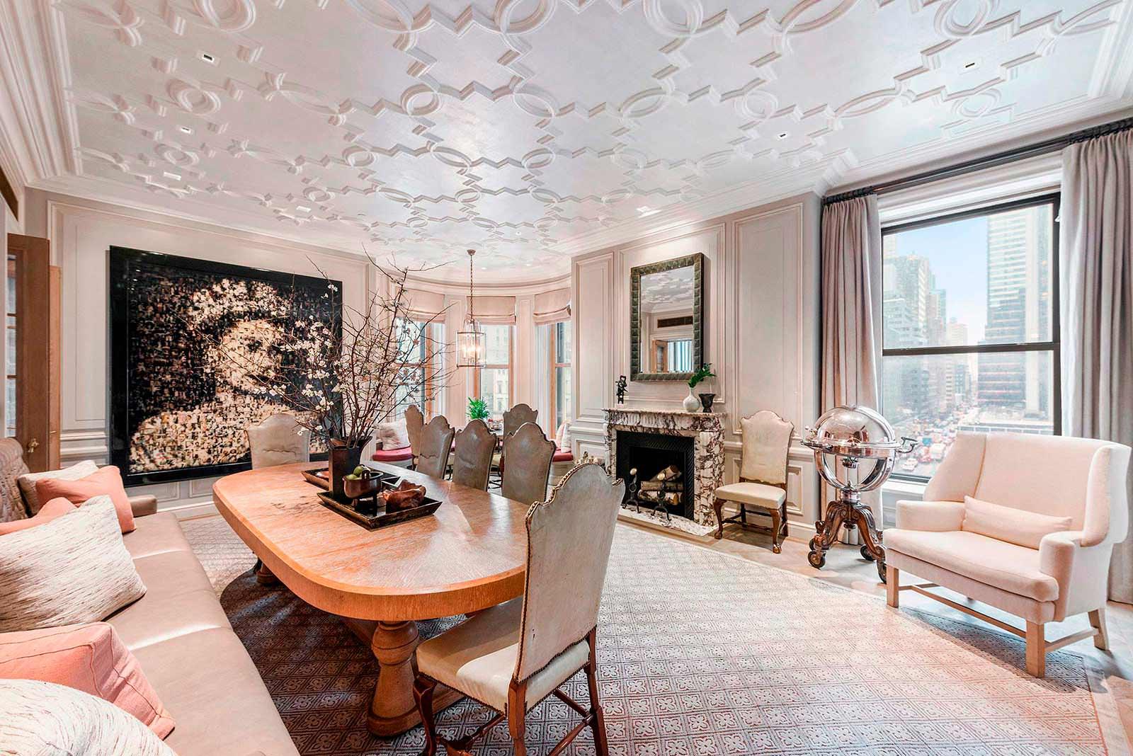 Гостиная с мраморным камином в отеле «Плаза» на Манхэттене