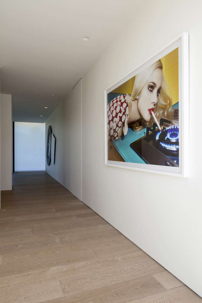 Картины в холле дома