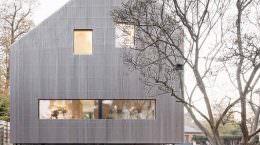 Асимметричный дом на окраине Парижа от Karawitz Architects