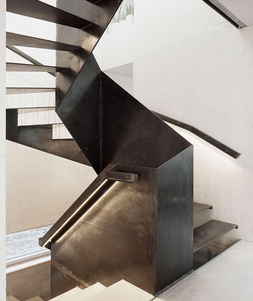 Металлическая лестница в дизайне