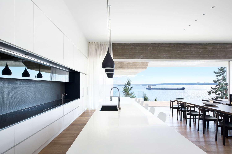 Панорамная кухня с видом на море