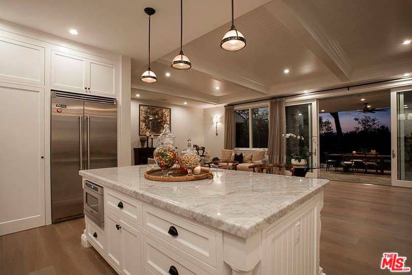 Фото | Кухонный остров со встроенной техникой