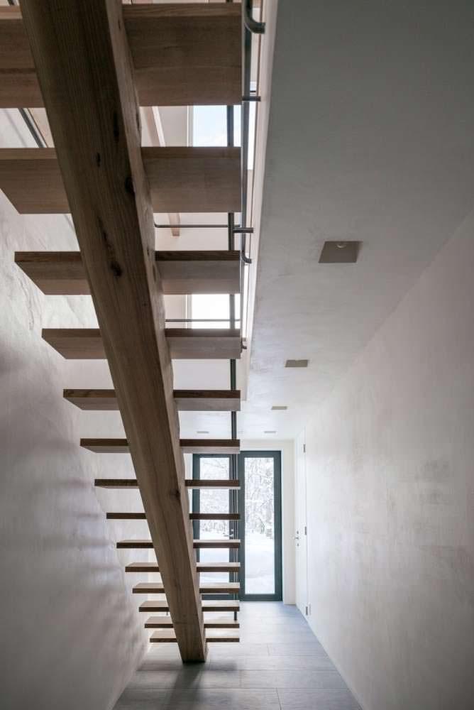 Лестница из холла на второй этаж