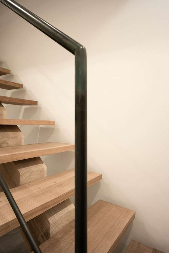 Стальные поручни деревянной лестницы