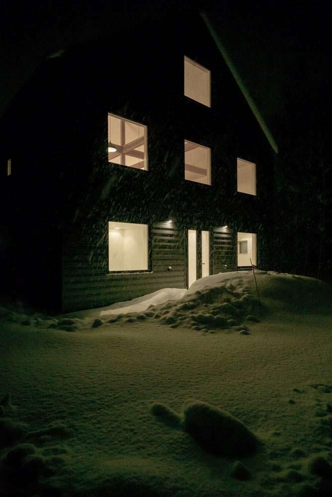 Горное шале ночью. Дизайн Florian Busch Architects