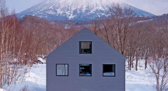 Дом с видом на действующий вулкан Йотей в Японии | фото