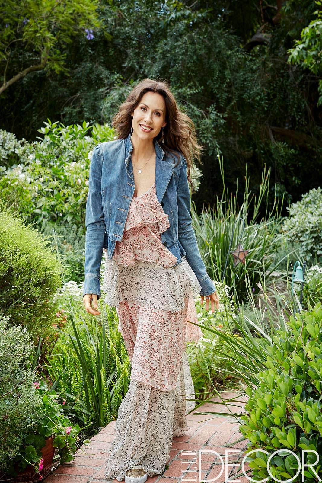 Актриса Минни Драйвер в саду своего дома