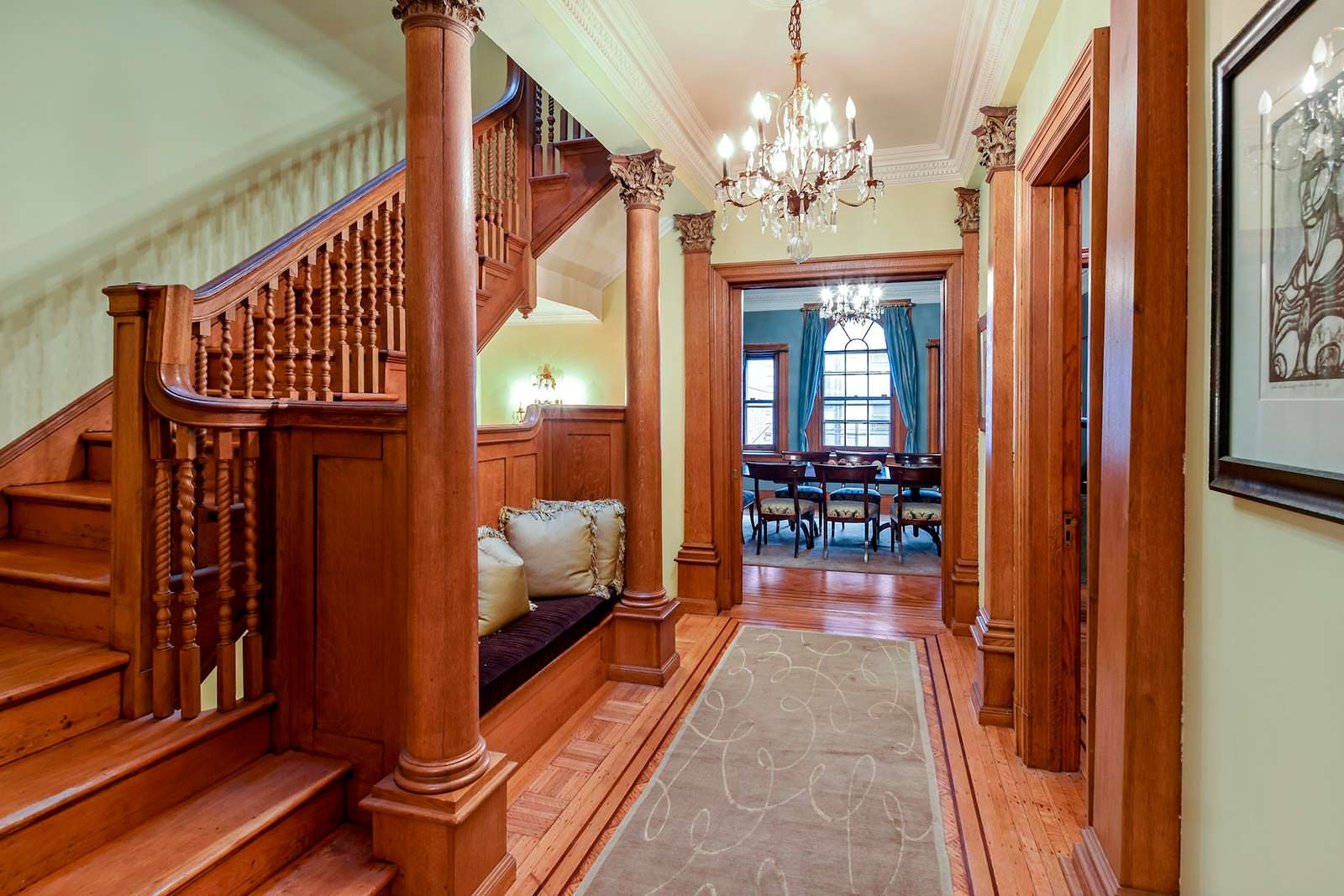 Дубовая лестница в доме
