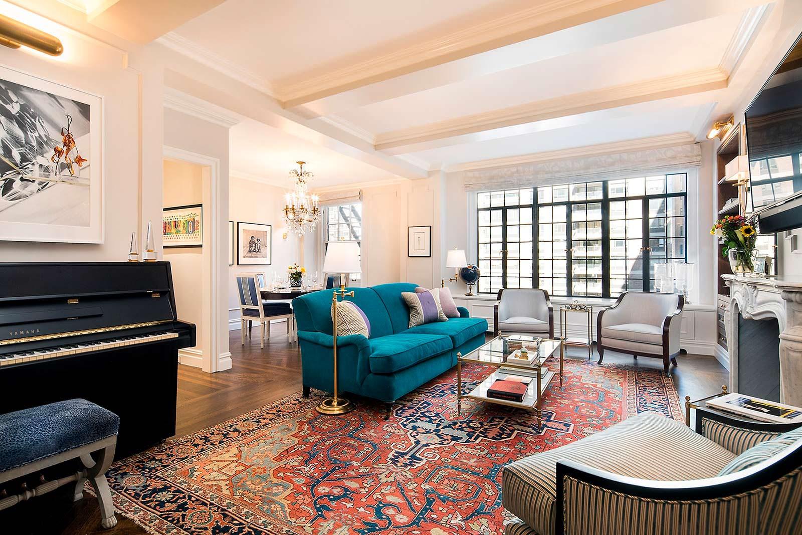 Пианино и камин в гостиной