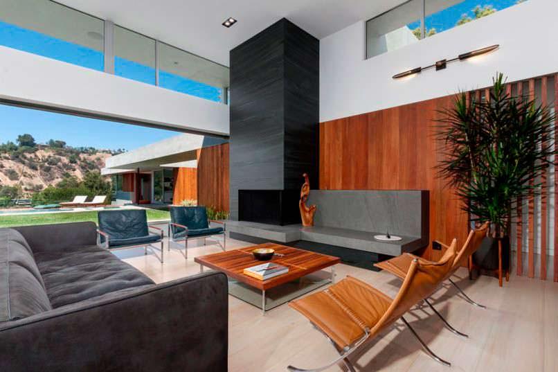 Фото | Интерьер зала с камином в доме в Беверли-Хиллз