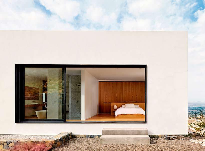 Фото | Спальня с панорамным окном горного дома над Эль-Пасо