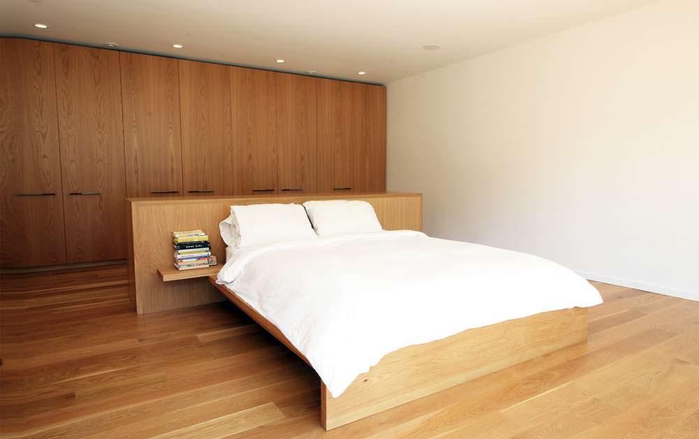 Фото | Аскетичный дизайн спальни в доме от Hazelbaker Rush