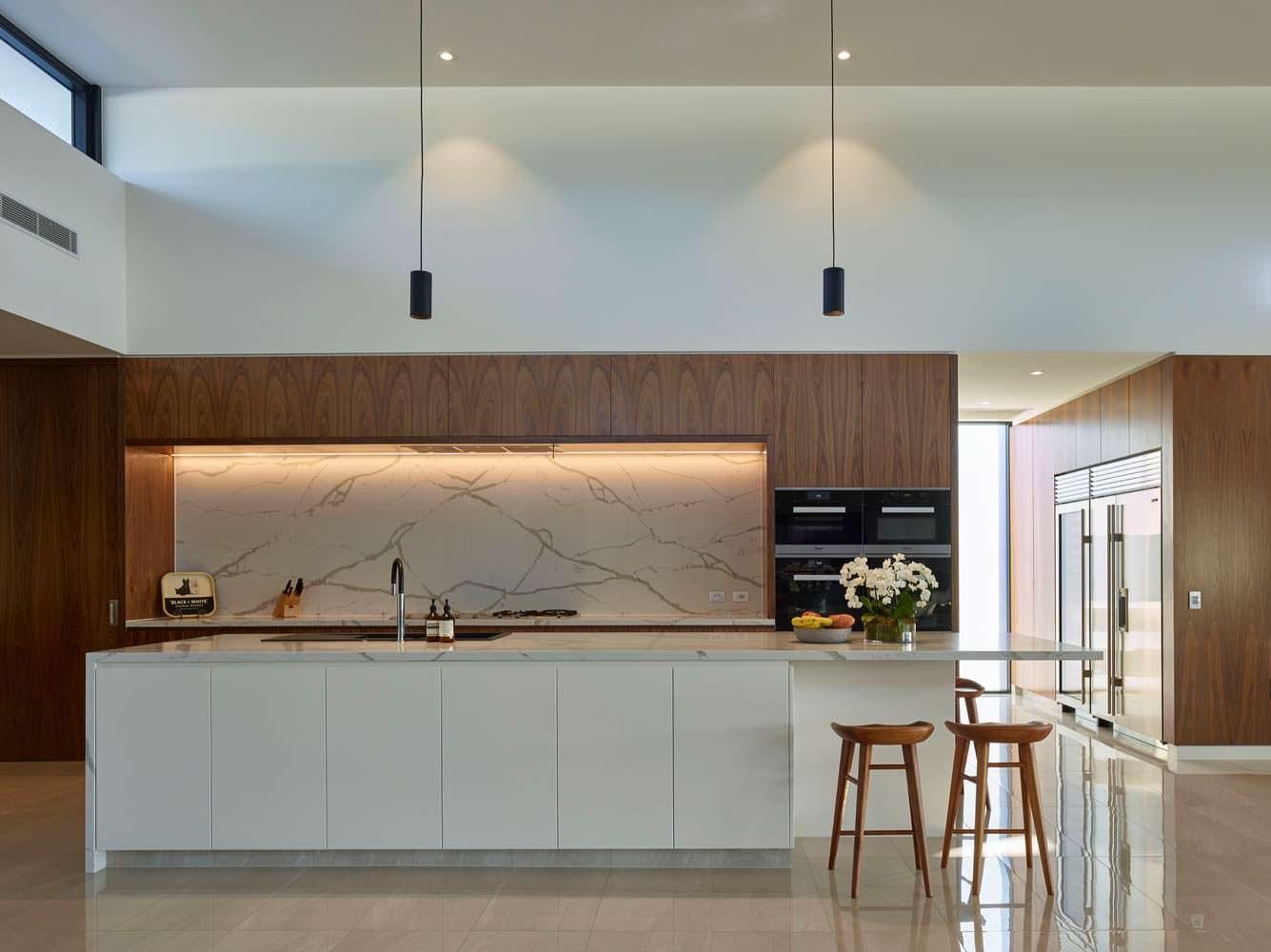Фото | Мраморная стена и столешница на кухне в C2 House
