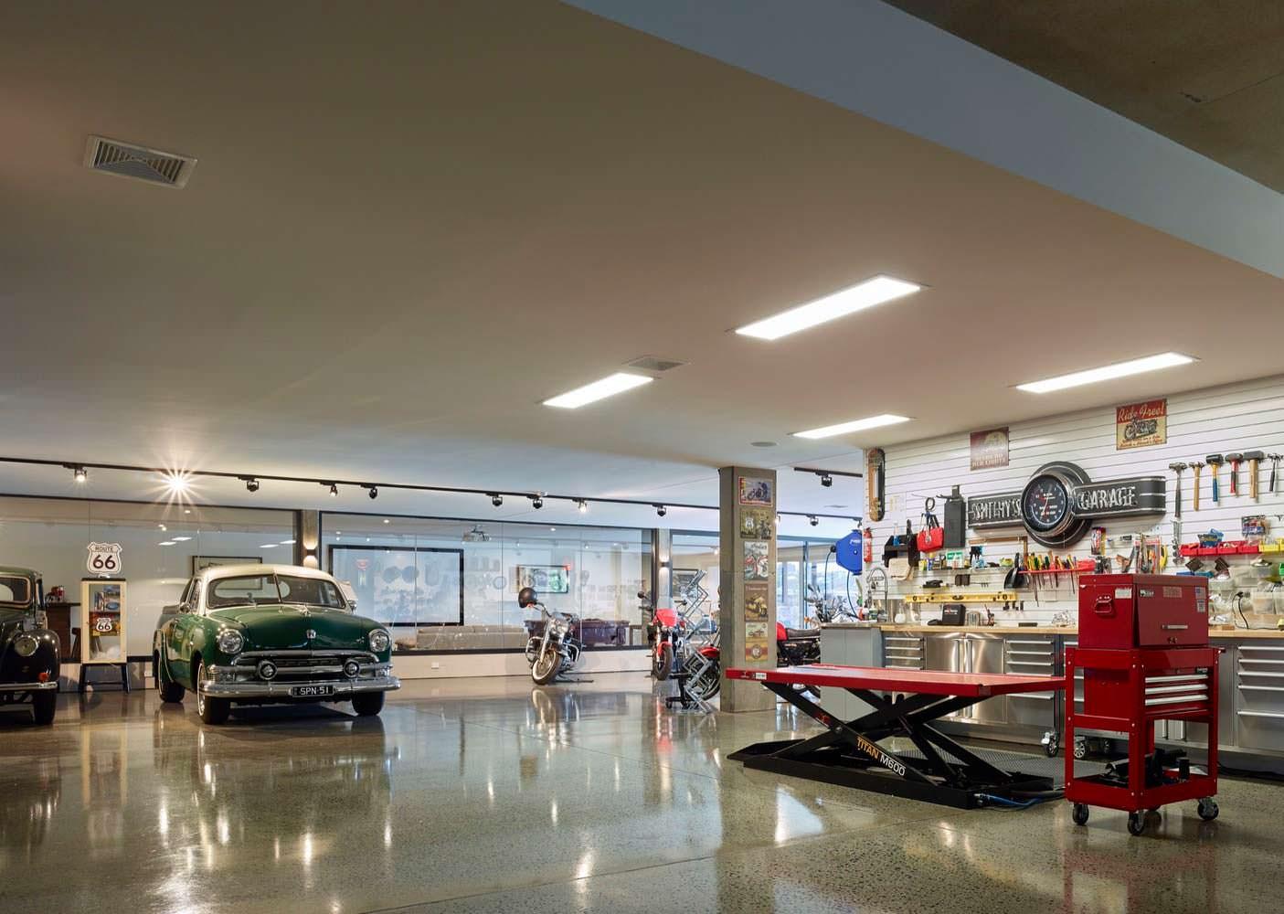 Фото | Большой гараж под домом C2 House от Ellivo Architects