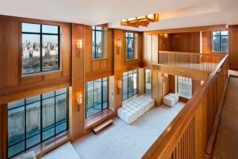 Зал с высоким потолком в квартире Деми Мур
