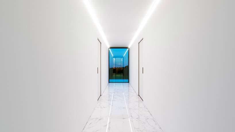 Белый интерьер коридора в доме. Дизайн Nravil
