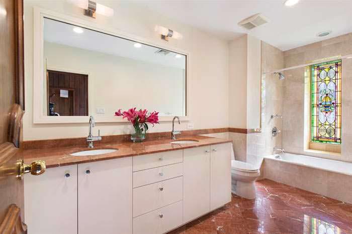 Дизайн ванны с большим зеркалом