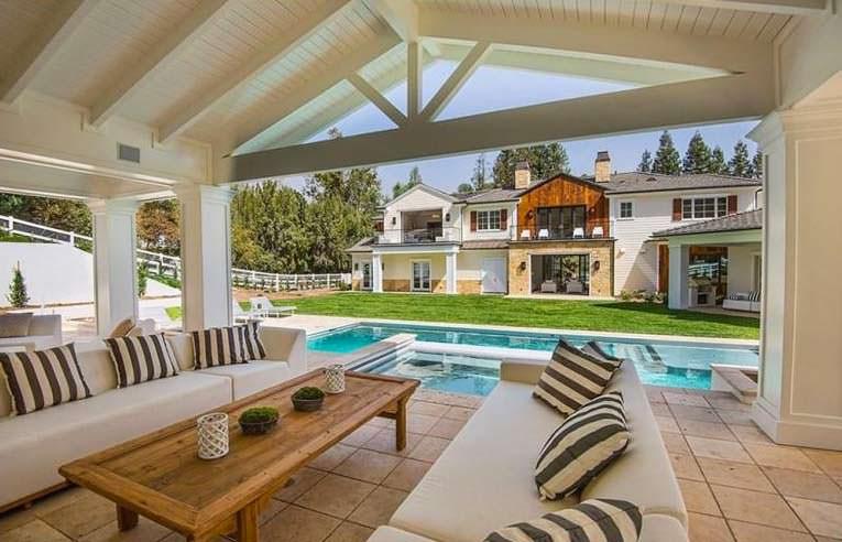 Крытый павильон во дворе дома The Weeknd