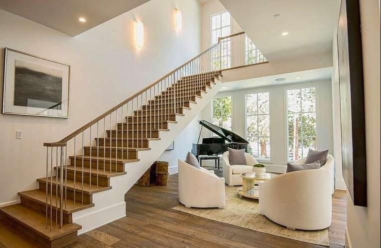 Холл с фортепиано и лестницей на второй этаж