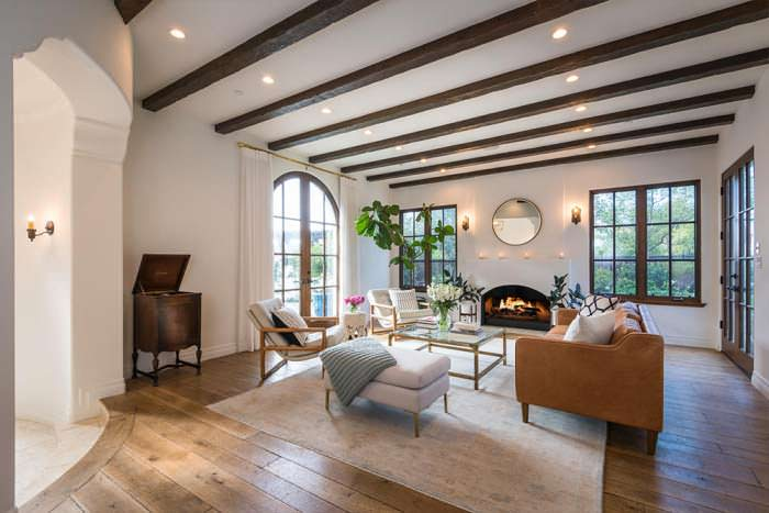Потолок с деревянными балками в дизайне гостиной