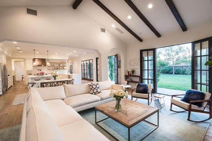 Бежевый угловой диван в дизайне интерьера