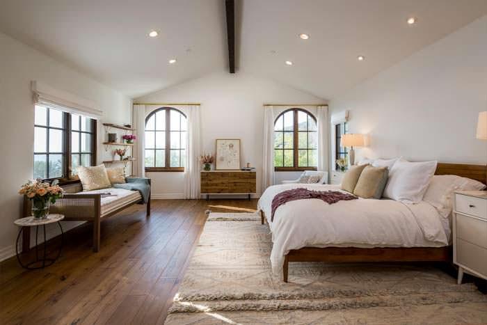 Деревянные потолочные балки в дизайне спальни