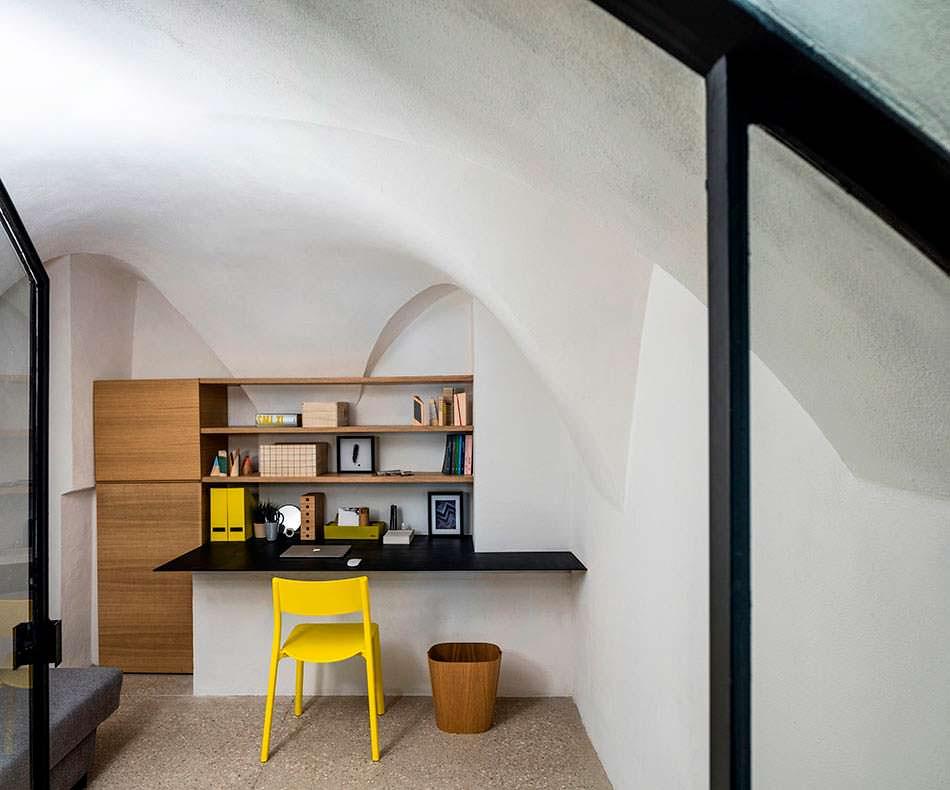 Дизайн кабинета в квартире-пещере в городе Яффа, Израиль