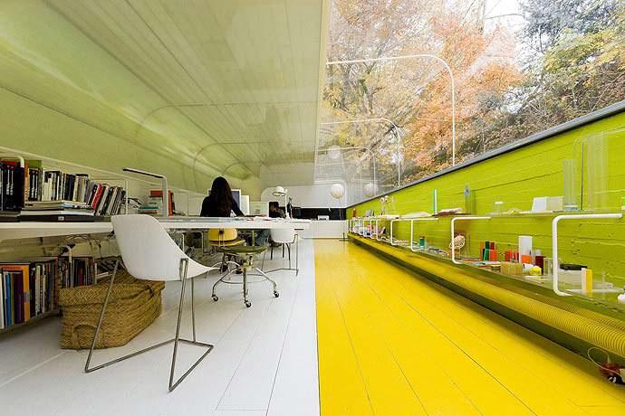 Контрастный пол в офисе Selgas Cano в Мадриде