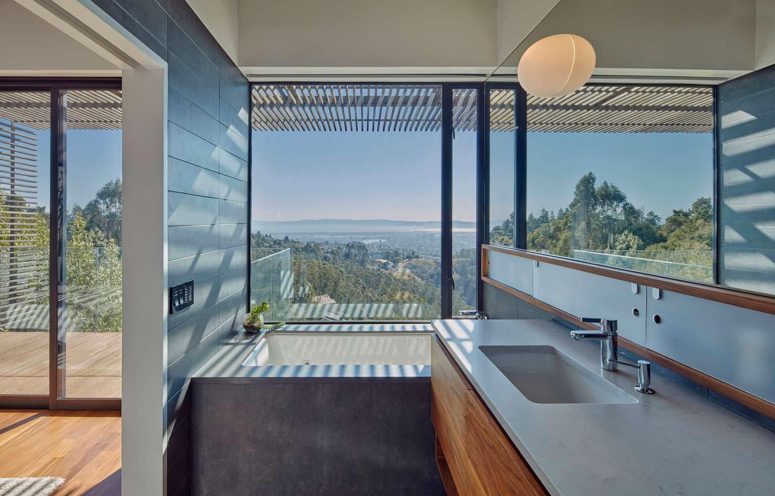Панорамная ванная комната. Дизайн Terry & Terry Architecture