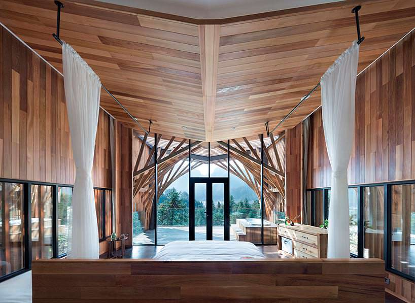 Фото | Спальня в доме на дереве с видом на долину