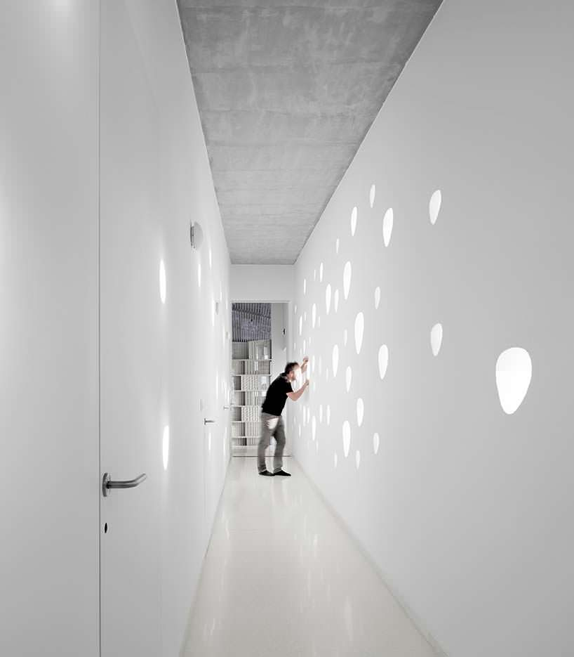 Дизайн узкого коридора Villa Ypsilon от бюро LASSA