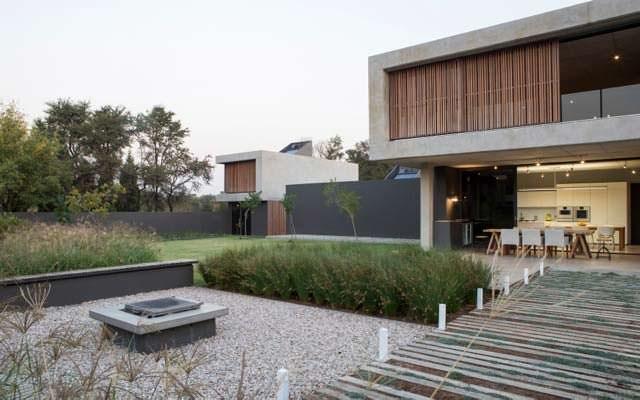 Вид на минималисткий дом со внутреннего двора