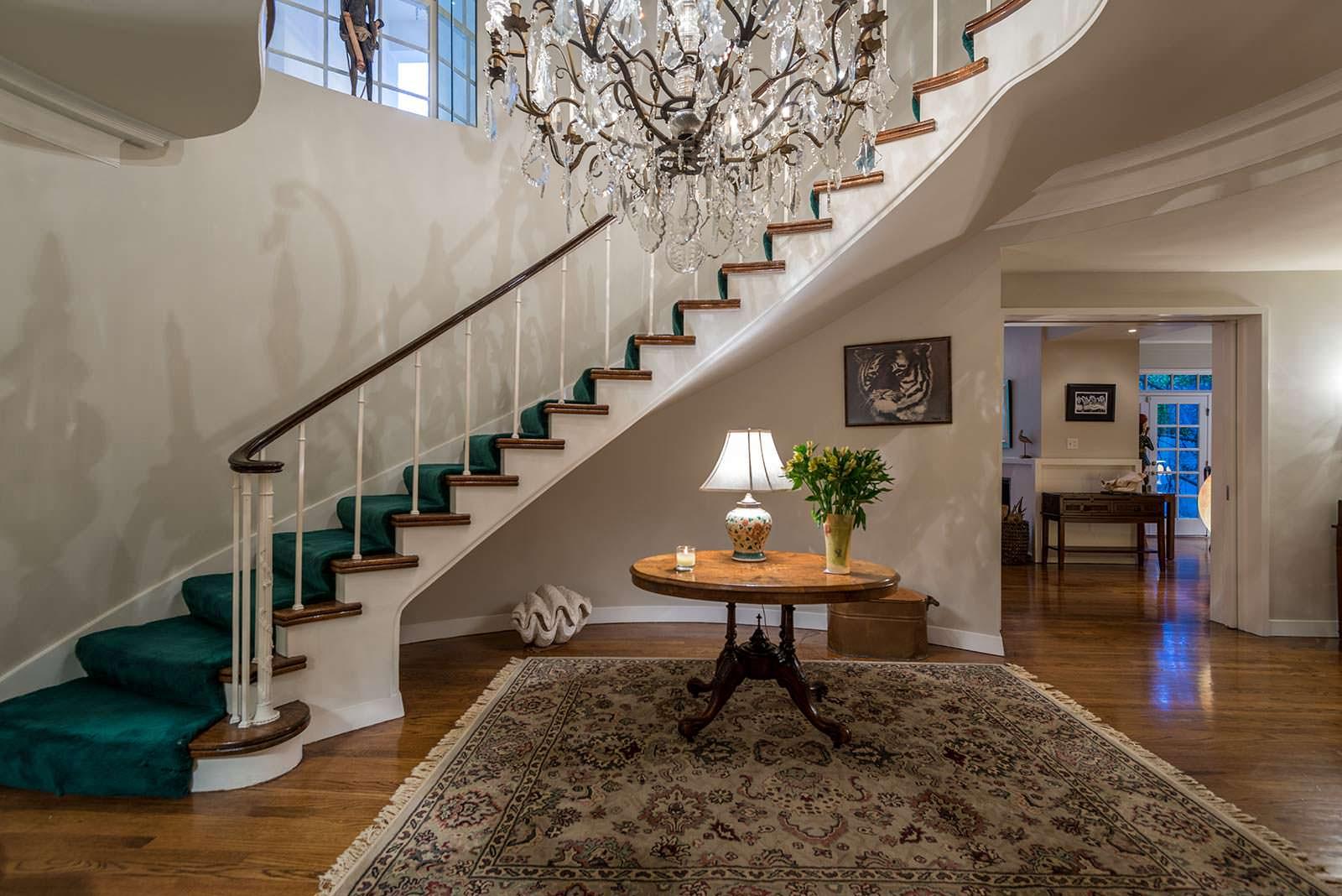 Изогнутая парадная лестница в прихожей дома Одри Хепбёрн