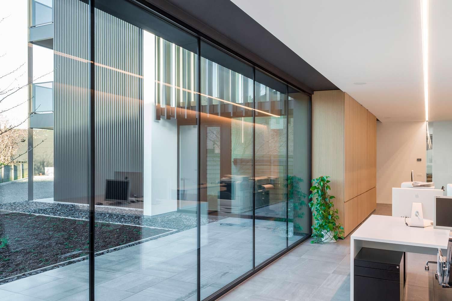 Hi-Tech дом в Бельгии: много стекла и стали