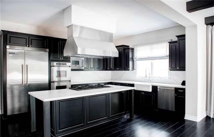 Черно-белый интерьер гостиной в доме Кайли Дженнер