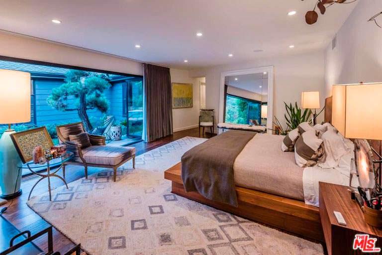 Дизайн спальни со стеклянной стеной в доме Кейт Уолш