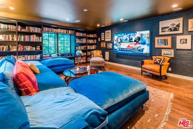 Угловой диван в дизайне библиотеки в доме актрисы Кейт Уолш
