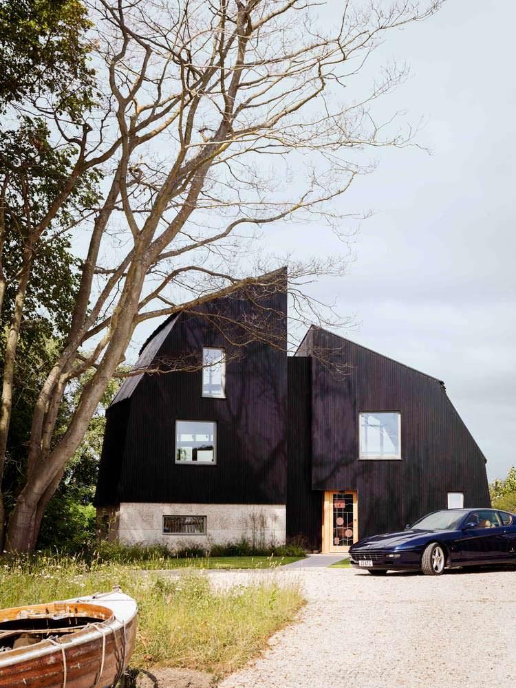 Фото | Черный дом у озера. Проект Mole Architects