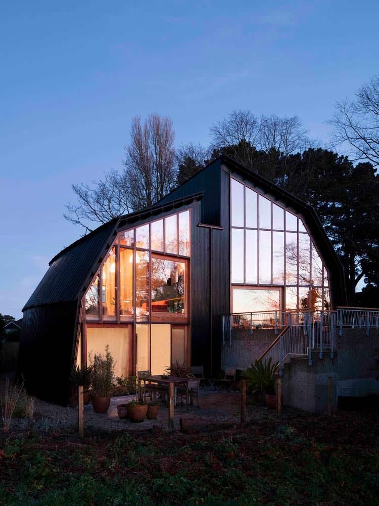 Стеклянная секция дома от Mole Architects