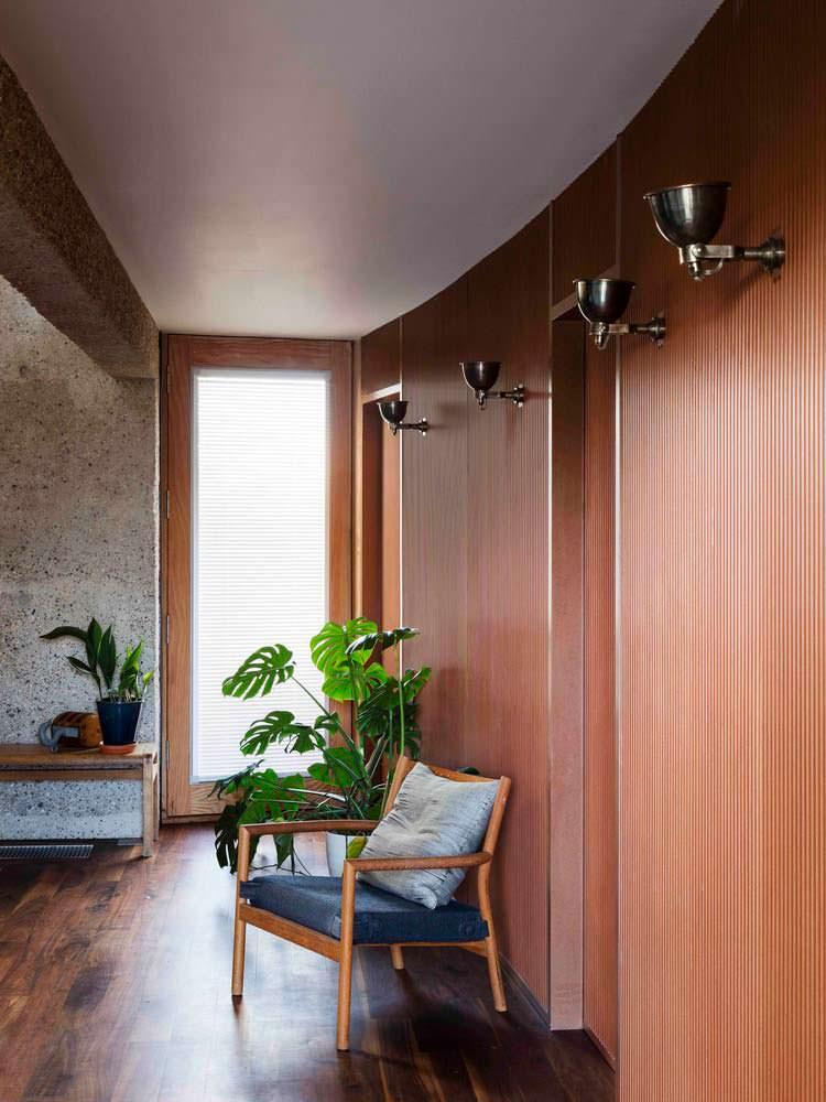 Кресло в интерьере спальни. Дизайн Mole Architects